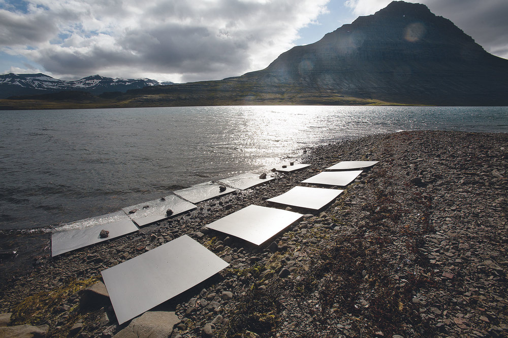 Während unserer Reise setzen wir die Stahlplatten Islands Natureinflüssen aus