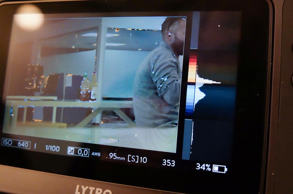 Der Schärferaum ist auch bei der Lytro nicht unbegrenzt. Der Farbbalken rechts zeigt meine Schärfezone: Orange hinter meinem fokussierten Schärfepunkt, blau davor. Über einen Button kann ich sichtbar machen, welche Punkte im Bild im Schärfebereich liegen. Der aufmerksame Betrachter wird feststellen, dass bei den Bilddaten die Blendangabe fehlt – denn die braucht's ja nicht mehr. Der Screen ist etwas dunkel, was beim Fotografieren in heller Umgebung herausfordernd sein kann.