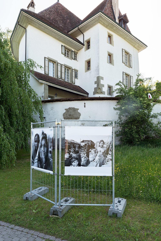Bilder, unter anderem auch von Armut, vor einem Schloss – die Veranstalter haben sich bewusst für diesen provokativen Gegensatz entschieden