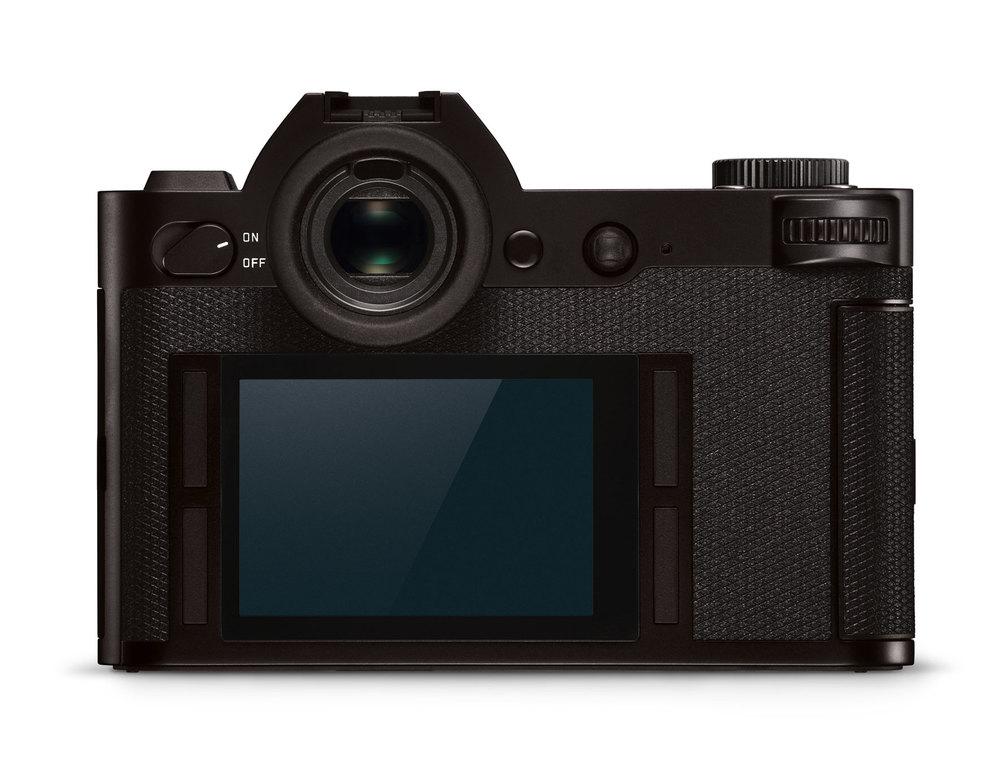 Die Rückansicht der Leica SL präsentiert sich, wie man es sich von Leica gewohnt ist, sehr aufgeräumt. Jeder der vier Buttons rund um den Screen kann mit «customized functions» belegt werden. Ganz puristisch hat Leica nur den On-/Off-Button beschriftet. Das macht Sinn, denn jeder Fotograf wird die übrigen Knöpfe gemäss seiner Arbeitsweise individuell belegen (Pressebild Leica)