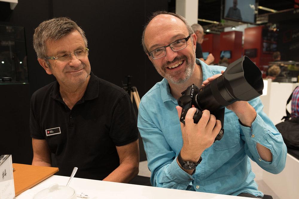 Die Leica SL mit dem Summilux-SL 1:1,4/50 mm ASPH und dem neuen Handgriff. Bernd Jurczok von Leica schmunzelt. Er weiss natürlich bereits um die herausragenden Qualitäten des neuen Objektivs.