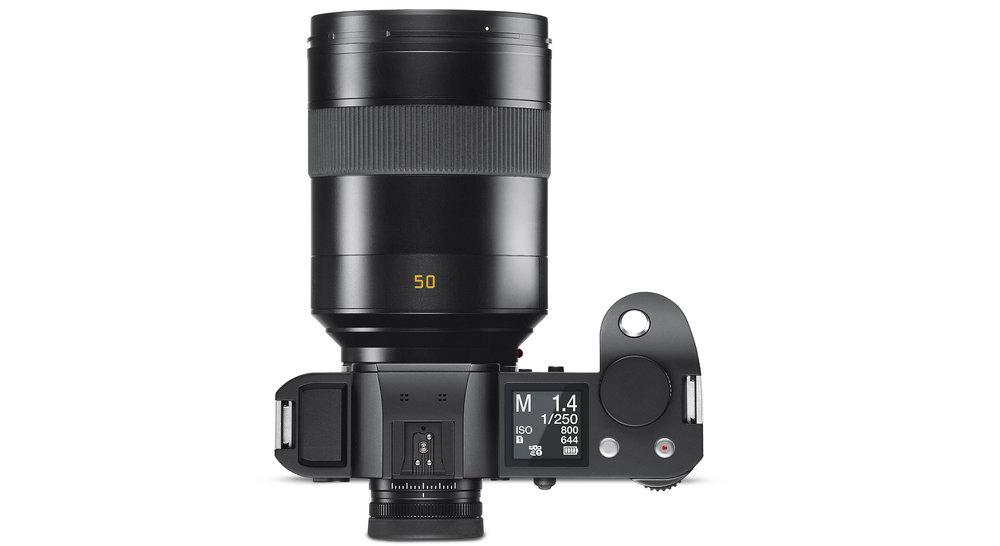 Die Leica SL mit dem Summilux-SL 1,4/50mm ASPH. Kein Leichtgewichtsduo, aber Qualität hat eben auch ihr Gewicht ;-) (Pressebild Leica)