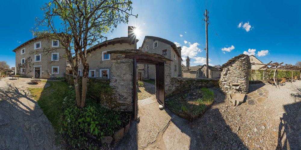 Casa Moscia und Campo Rasa – zwei Locations, die sich der Betrachterin und dem Betrachter zu Hause am Bildschirm über die 360° Fotos sehr schön erschliessen. Die Panoramas sehen schon in der normalen Ansicht toll aus, aber richtig spannend wird's dann, wenn sie zu einer virtuellen Kugel umgeformt werden ...