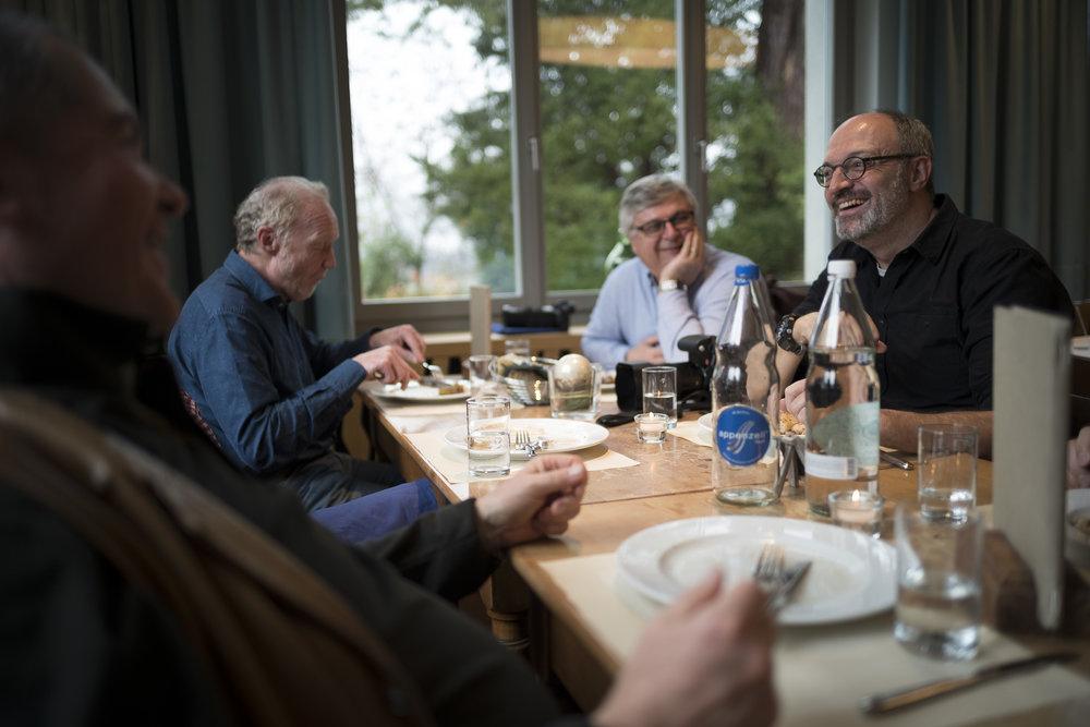 Austauschen in gemütlicher Runde beim Mittagessen. Jeder der Teilnehmenden bringt sich ein, und es entstehen interessante Gespräche. Foto: Christian Zimmermann / Leica SL / Summilux-M 1.4 28 ASPH / 1/200 sec. f 1.7 200 ISO