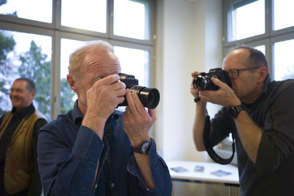 Die SL «be-greifen». Die Teilnehmer sind innert Kürze mit den wesentlichen Funktionen der Kamera vertraut Foto: Silvan Dietrich / Leica M9 / Elmarit-M 2.8 28 ASPH / 1/90 sec. f 4.0 1000 ISO