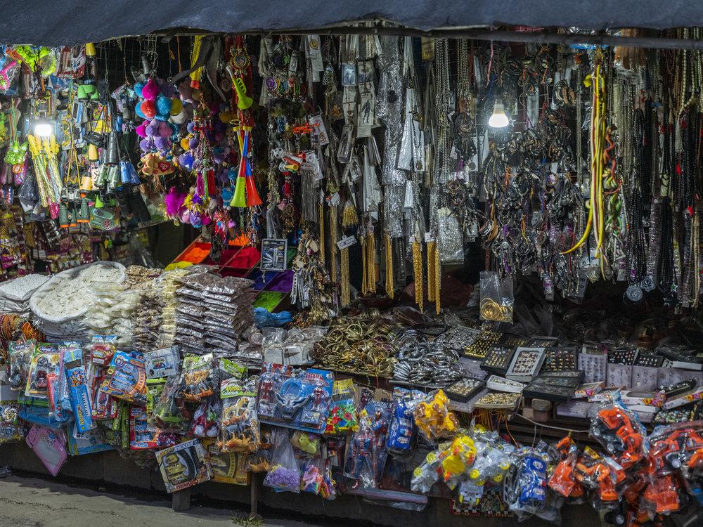 Marktstand in Kathmandu by night. 3200 ISO gehen meines Erachtens problemlos. Panasonic S1R mit Lumix S 50 1.4 // 1/125 sec // f 1.4 // 3200 ISO // Ausschnitt mit ca. 40 Mpx
