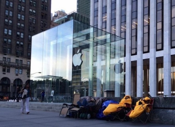 The Apple Store on 57th and 5th Ave in NYC on September 3, six days before the iPhone 6 was revealed…