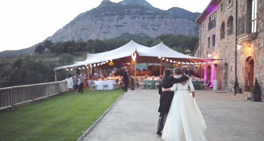 Carpa beige en boda en la montaña