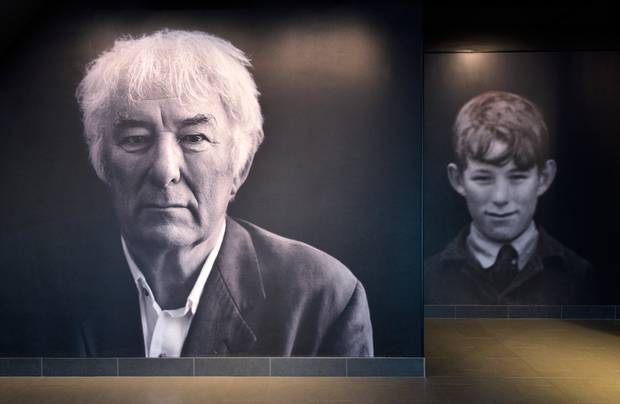 Seamus Heaney sem maður og barn, í HomePlace í Bellaghy.  Mynd © Pól Ó Conghaile