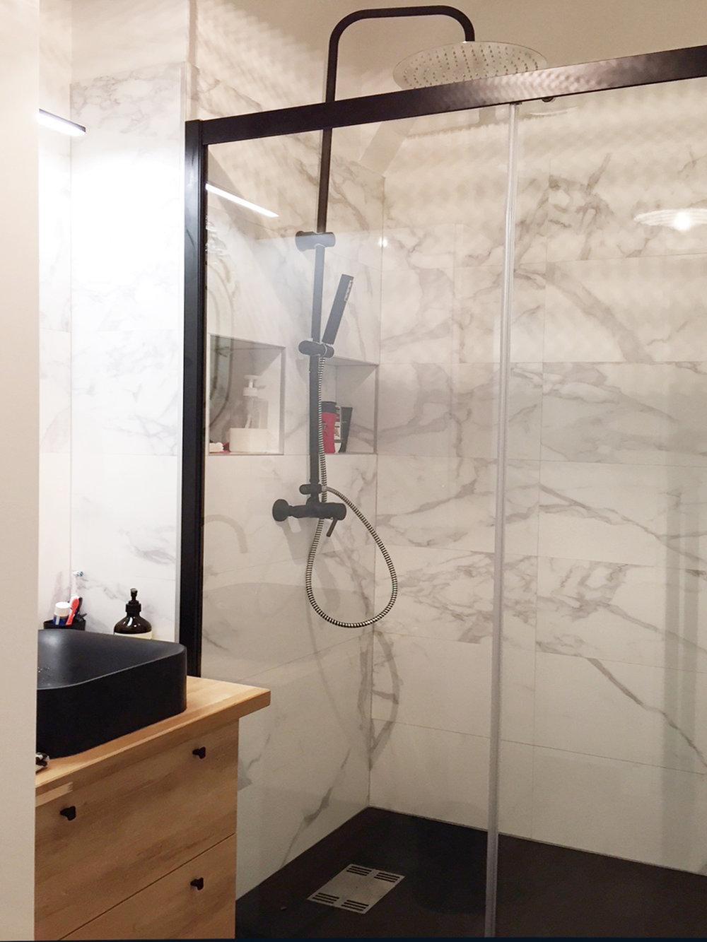 Avec la paroi de douche
