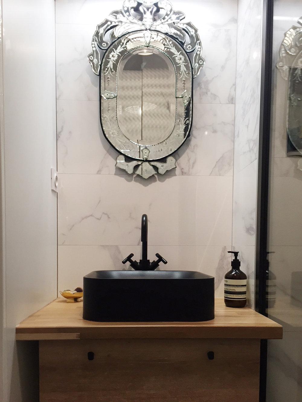 La vasque et son miroir vénitien ancien