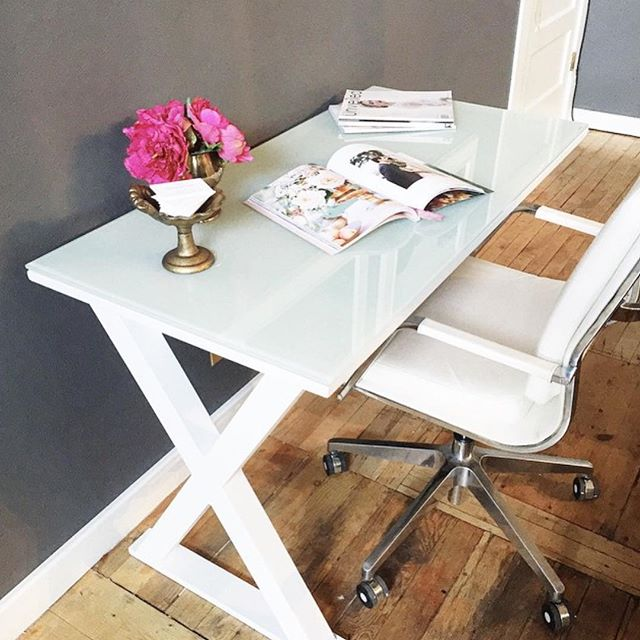 This desk is PERFECT! I'd so love to have this @walkeredisonfurniture desk in my dream office! Thank you Instagram for helping me find all of the things I never knew I needed! Great chair, too! 📷 @haileygolich #officestyle #officefurniture