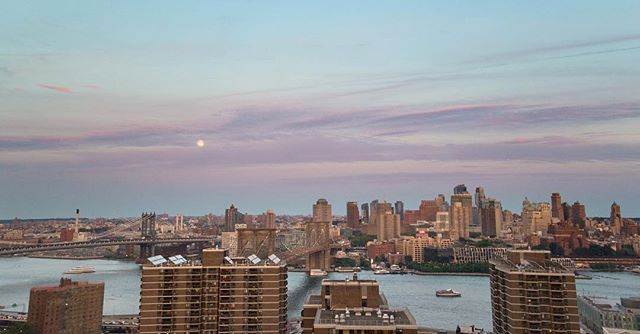 Took a little break from posting for a while to recharge but excited to be back. This was the brooklyn skyline last night, from the 26th floor. Between brooklyn apartments for a bit vagabonding in the financial district, many thanks to @suneetajan ... #sunset #beautiful #photography #vagabond @tarakaimal #nyc #brooklyn #brooklynbridge