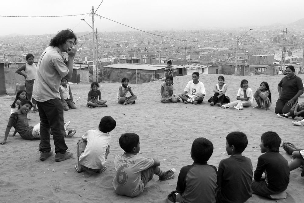 Onica.org a pour mission l'initiation à la musique avec l'harmonica comme instrument principal. Les projets s'adressent à des jeunes vivant des situations marginales. La musique est un art essentiel, une parole profonde de l'émotion humaine. Apprendre à jouer d'un instrument de musique est donc étroitement lié au développement social. L'harmonica est l'un des instruments les plus connus dans le monde. Petit, peu coûteux, facile d'entretien et accessible à tous, il est un instrument idéal pour l'apprentissage musical.   www.onica.org