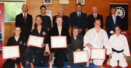Bovenste foto van links naar rechts:  René Hoogenboom en Sander Stad tonen met volle trots hun behaalde diploma.