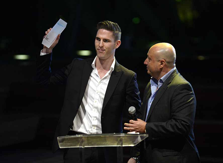 Zach Griffin accepts the People's Choice Award from Oxygen Ventures' Larry Kestelman.