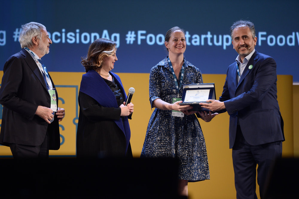 Serena Hollmeyer Taylor, CSO of Evaptainers, accepting the Overall Award from Marco Gualtieri, Founder and Chairman of Seeds&Chips; and DIana Bataggia, Director of UNIDO ITPO Italy.