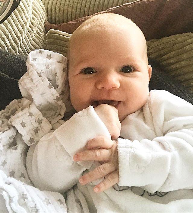 Vandaag ben ik al weer twee maanden oud! #steedsmeerlachen #tweemaandenoud #babyjade #jadelily #mijnliefde #babygirl #begintookaardigbolteworden