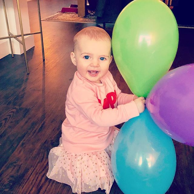 Wat een feest vandaag voor onze kleine grote meid. En wat is het hard gegaan 1 jaar!! En dan krijgt ze er komend voorjaar ook nog broertje of zusje bij! We zijn mega blij!! 🎉🎉🎉
