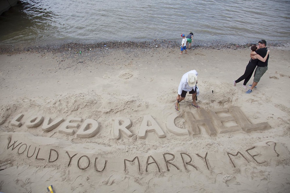Pat proposes to Rachel on the beach and his proposal is accepted.