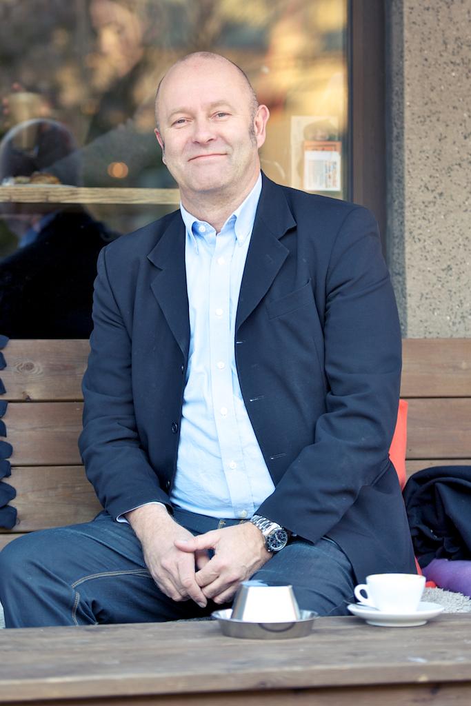 Johan Lange utanför Mellqvist kaffebar i Stockholm