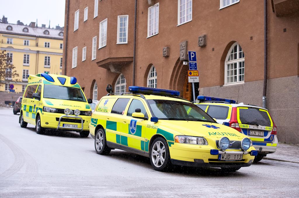 Polis och ambulans vid Lovisagatan