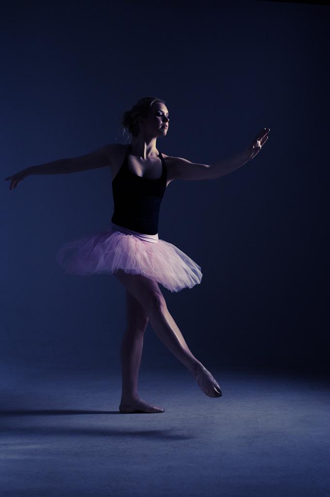 En mörk tolkning av Emelie Enqvist som ballerina