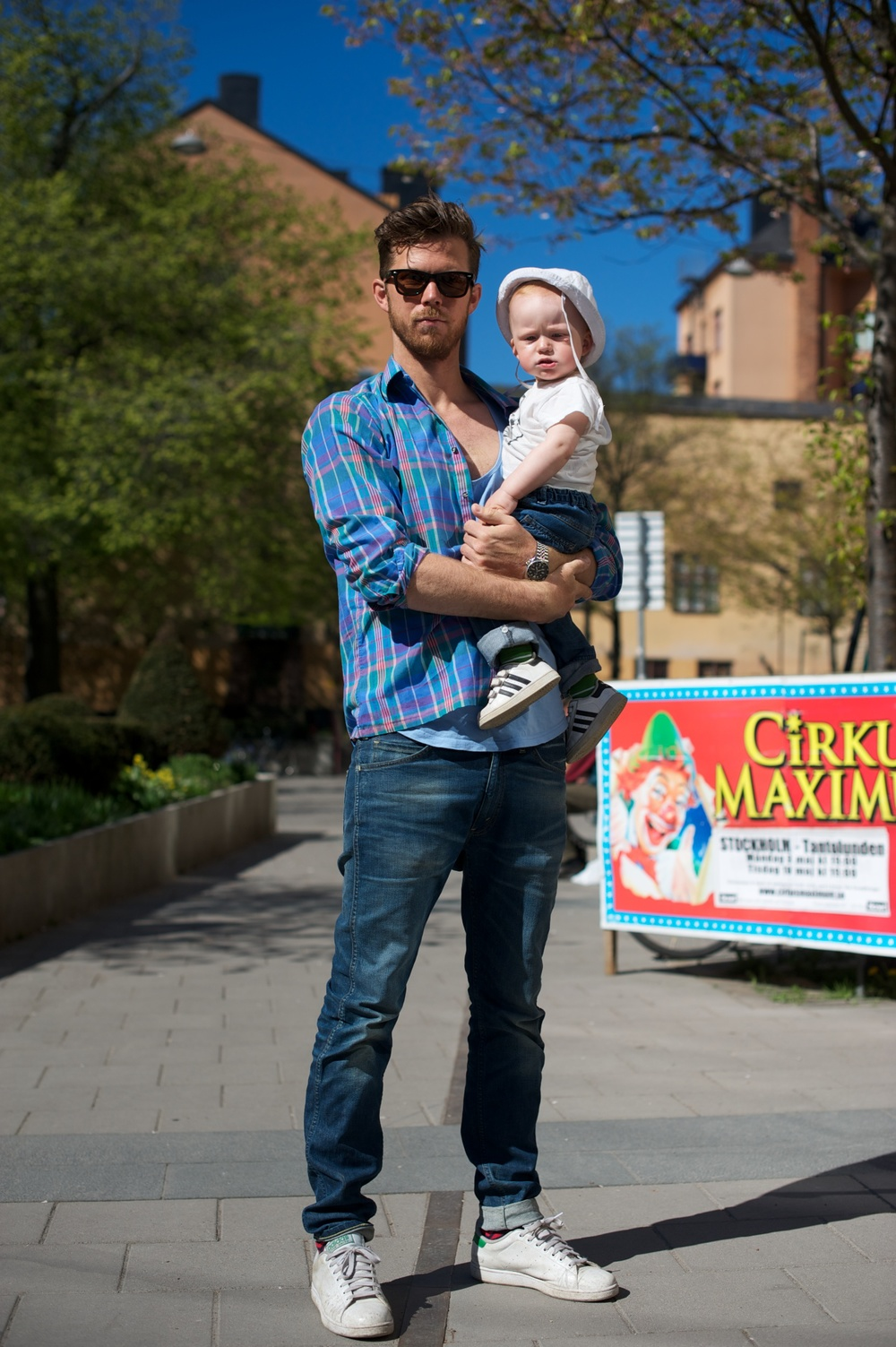 Pappa med barn utanför Mellqvist Café