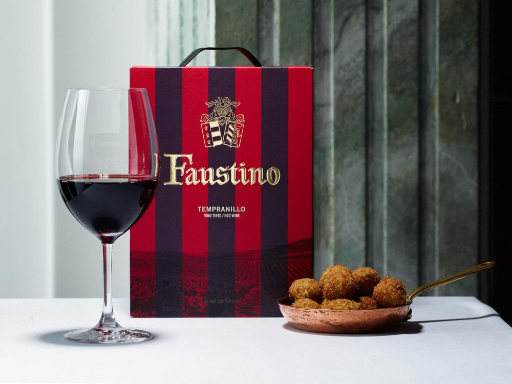 Faustino med vinglas och friterade stora gröna oliver fyllda med manchegoost ©Tobias Björkgren