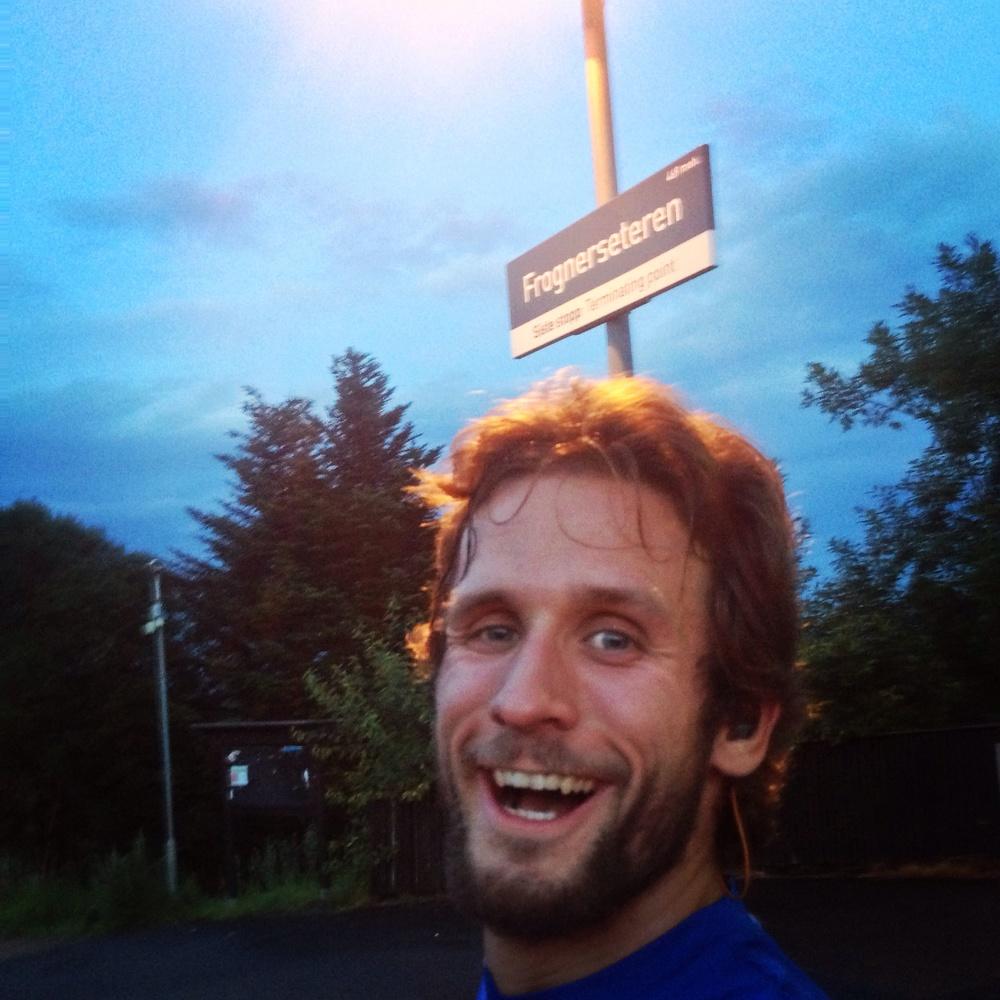 Den blå timen nærmer seg, jeg skal løpe først litt i skogen og deretter nedover. Alt er med andre ord tipp topp tommel opp!