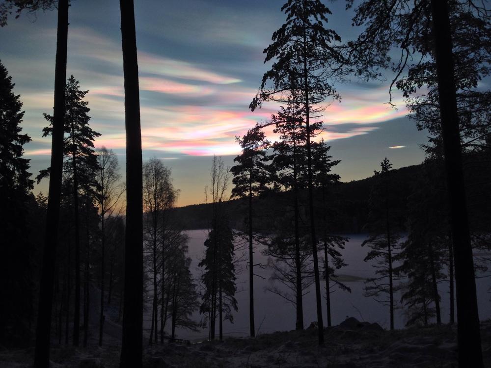 Perlemorsskyer over Sognsvann en desemberettermiddag.