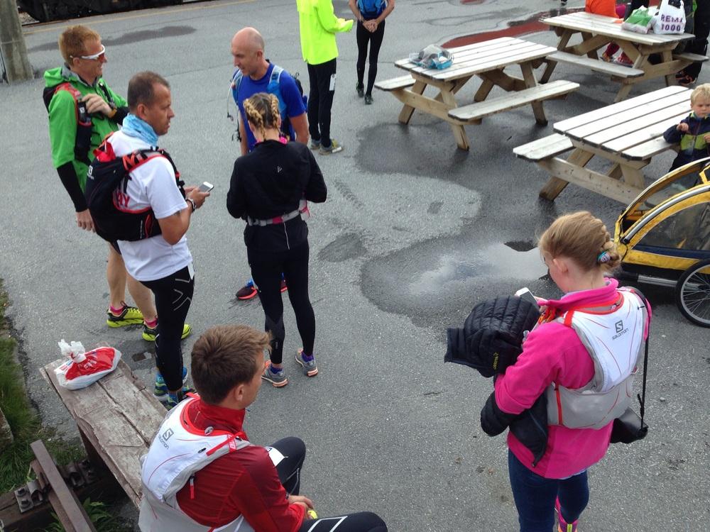 Spente løpere venter på banen ned til Flåm.
