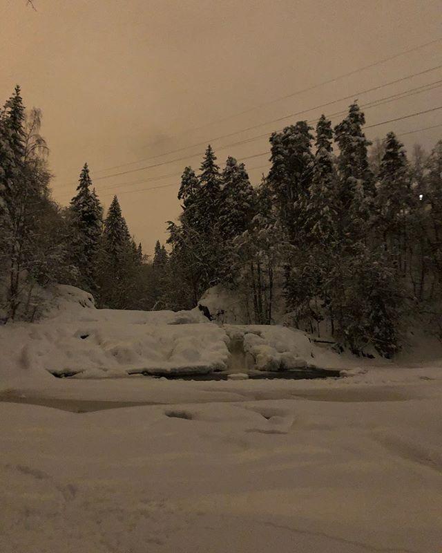 Hvem skulle trodd det var mulig å løpe Lysakerelven ved midnatt midt i januar uten det minste behov for hodelykt? Flott refleksjonslys i natt, og tungt men voldsomt vakkert føre. 😅 med sekken 10,5 kg full av materialprøver og datautstyr ble det syv tunge km i sneen på vei hjem fra flytoget. Kanskje en litt underlig ting å føle, men det resonnerte bra med farsinnstinktet å løpe alene gjennom skogen i natten, for å komme hjem å passe på kone og barn. (Ikke at de trenger påpass, men dere skjønner kanskje hva jeg mener) #timetoplay #northernplayground #veientilxreid