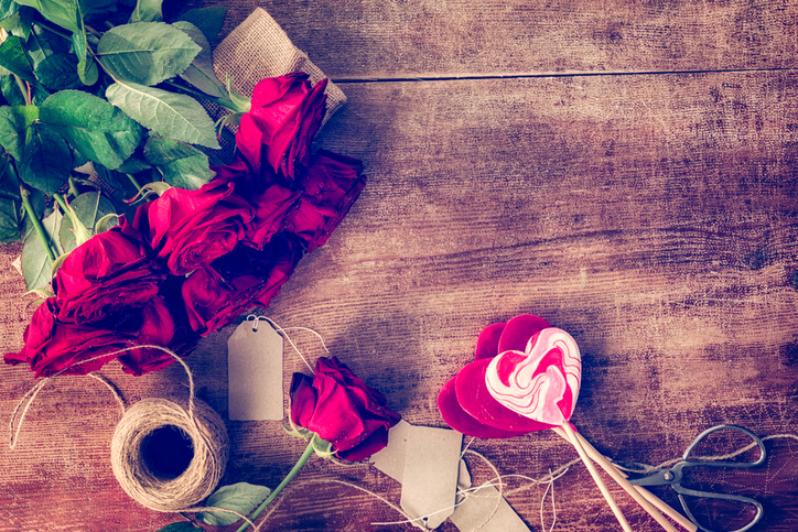 Romantic-Bouquet-of-Red-Roses-and-Heart-Lollipops-504271820_727x484.jpeg
