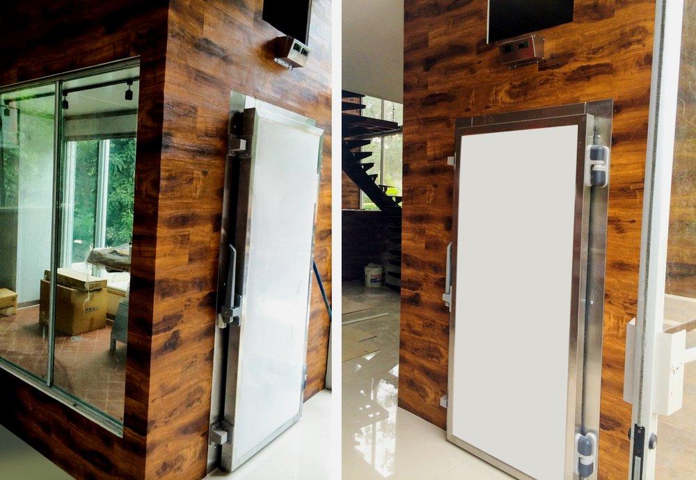 Las puertas y marcos de cuartos fríos deben contar con separadores térmicos e inyección de poliuretano