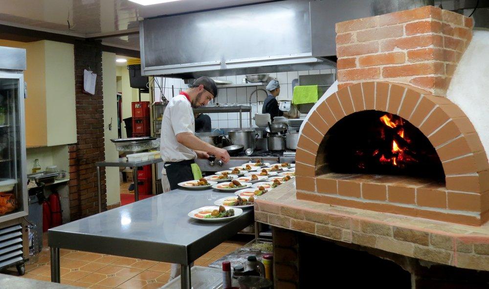 Los chefs pizzeros de ambos restaurantes son italianos y cocinan en hornos tradicionales de leña.