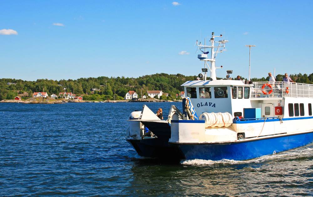 Velkommen om bord. Hvalerfergene har 19 daglige avganger fra Skjærhalden og tar deg med til et fantastisk øyrike. Her fra Gravningssundet mellom Søndre Sandøy og Nordre Sandøy.©