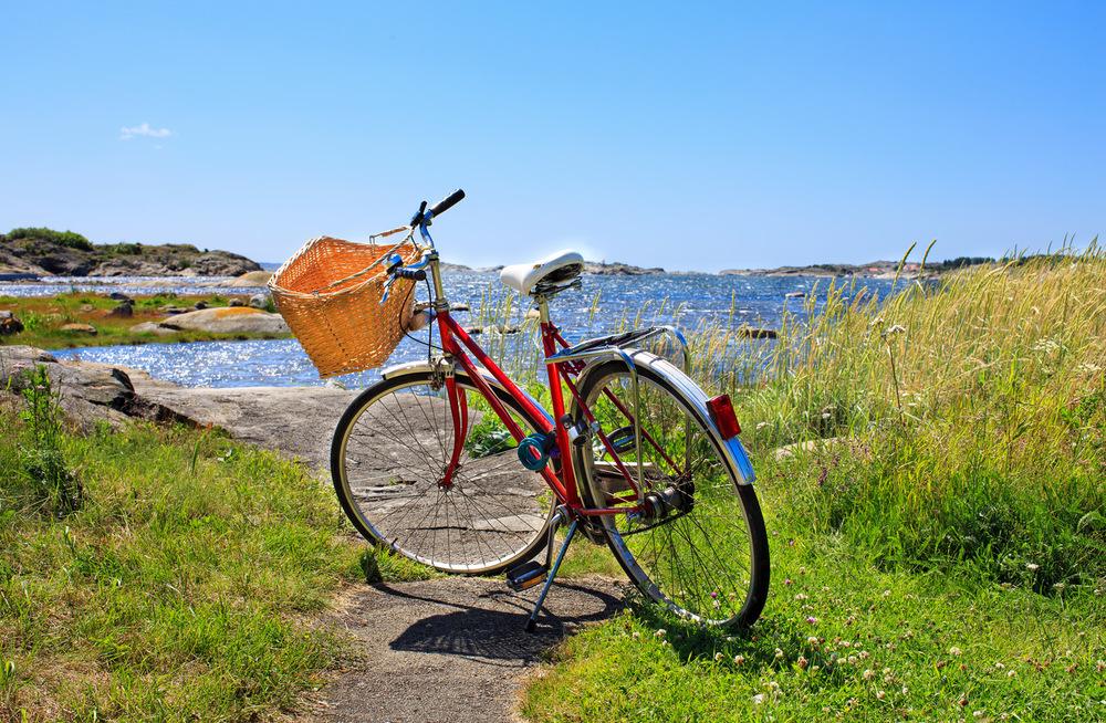 Sykkeltur i øyriket. Ta sykkelen med på øyhoppingen. Flere av Hvalers øyer har et relativt flatt og sykkelvennlig landskap hvor du kan ta med venner og familien på hyggelige utflukter. Her fra sørspissen av Søndre Sandøy. ©