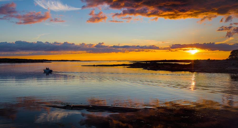 På vei hjem til hytta. Et fantastisk område med øyer, holmer og skjær møter deg når du kjører på holmene langs med vannet på fastlandsveien ut til Hvaler. På bildet ser du det trange sundet mellom Vesterøys nordligste tupp, Børsekroken, og på andre siden av sundet sees Revholmen.