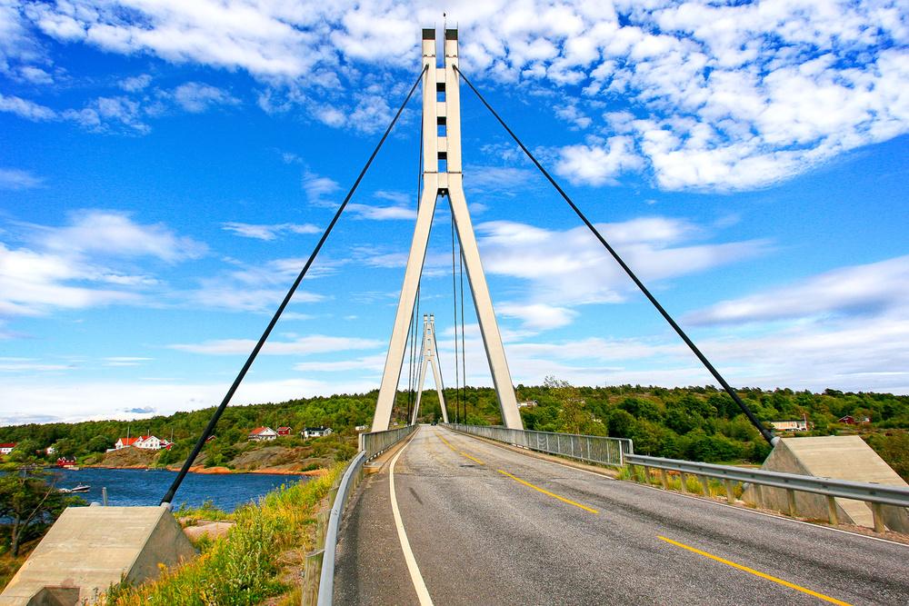 Vel reise hjemover, velkommen tilbake. Som broen til Hvaler ønsker velkommen, markerer den også at oppholdet er over for denne gang.