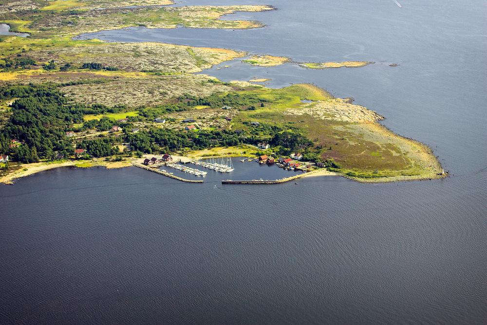 Brattestø og sørvestre Asmaløy sett fra nord. Legg merke til Pikesten fyrlykt nederst til høyre i landskapsområdet.