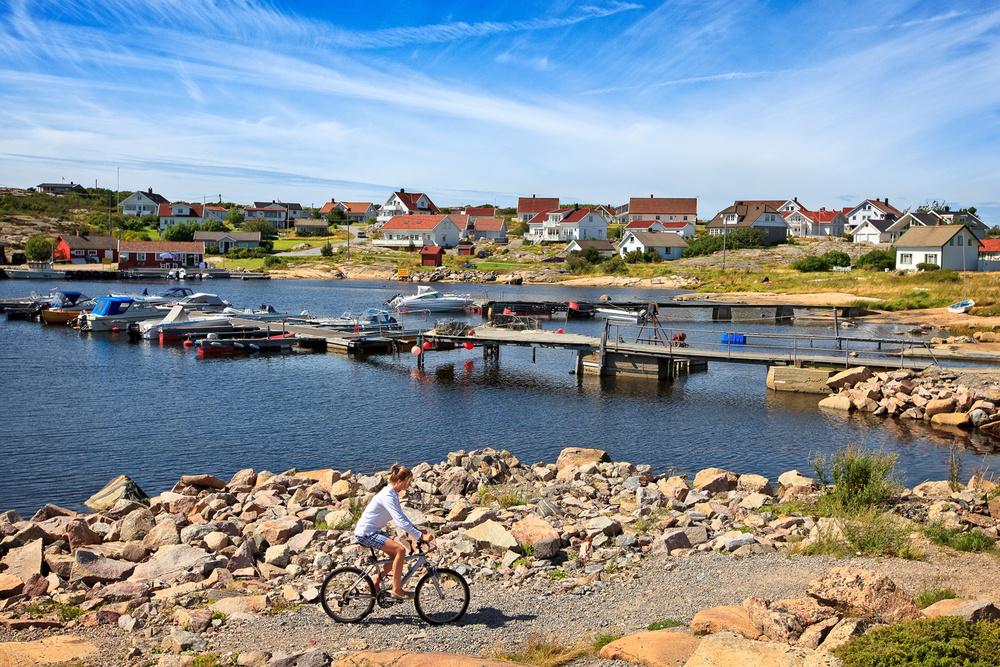 Asmaløy er en fin øy å sykle på. Sammenlignet med de andre Hvaler-øyene er terrenget relativt flatt på Asmaløy, noe som gjør sykkelturen fin for alle aldersgrupper.