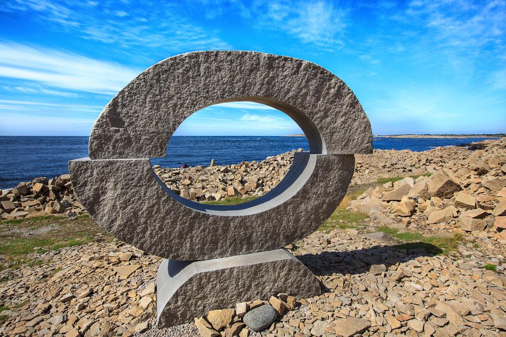 En vandring i mot horisontens lys er  Ann Carlsson Korneevs bidrag til skulpturparken. De ovale formene assosierer åpenbart til et øye, og presist gjennom dette øyet fanges horisonten og rammer inn en del av den. Klikk på bildet for å forstørre.