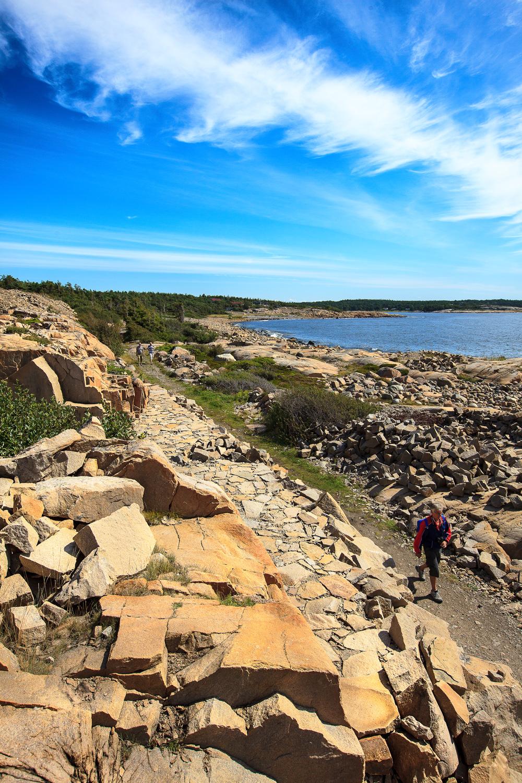 På Røsshue, ytterst på Kirkøy, finner vi en spennende kystlinje full av rester etter gammel steinhoggervirksomhet. Her ligger også den flotte skulpturparken og kyststien slynger seg gjennom området her. Klikk på bildet for å forstørre.
