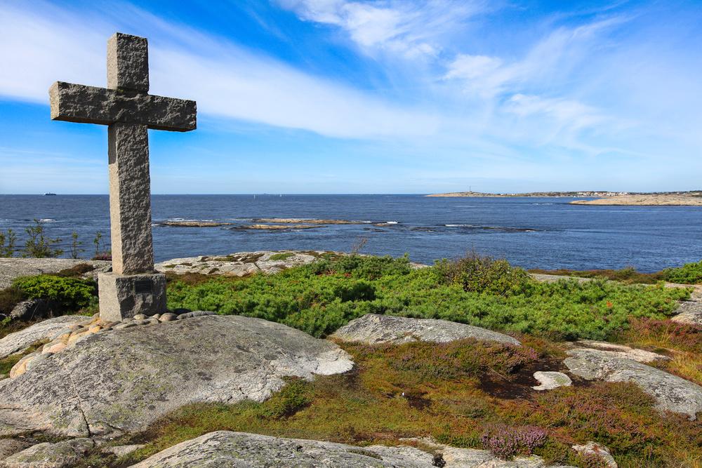 Steinkorset. Ved Røsshuet er det reist et stort steinkors. Steinkorset ble reist i forbindelse med tusenårsjubileet for kristningen av Norge. Klikk for å forstørre bildet.