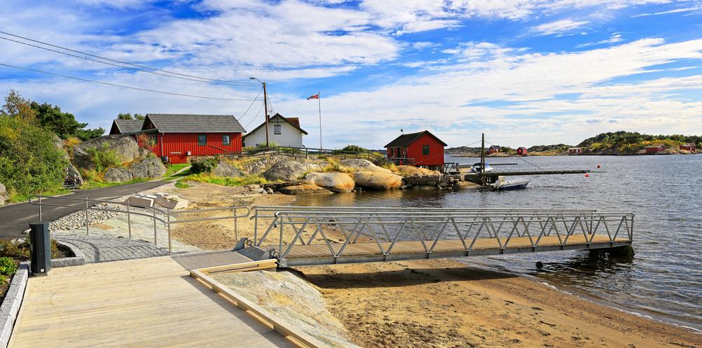 For rullestolbrukere er det laget en egen rampe som går ut i sjøen.