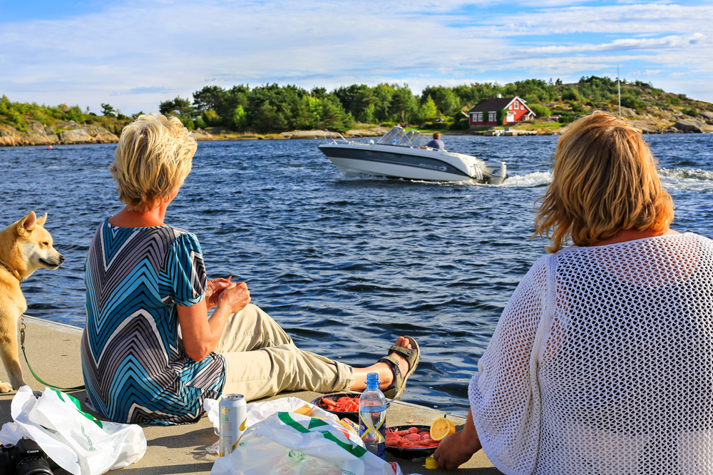Keep it simple! Reker, loff og majones - helt greit og uformelt på en av Skjærhaldens flytebrygger mens båt- og sommerlivet går sin gang.