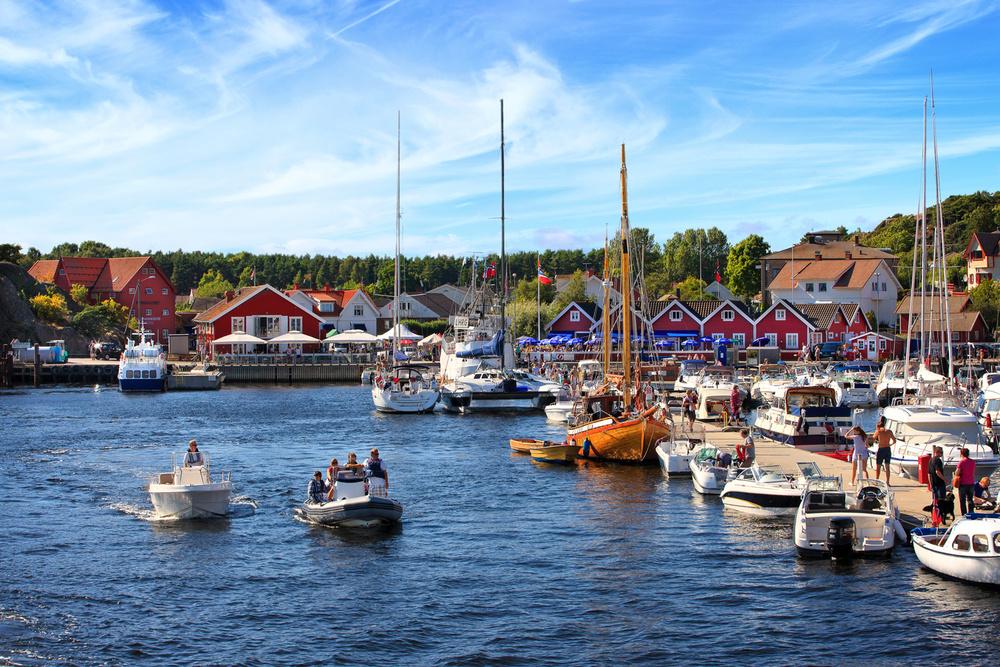 Bare noen få meter fra sandstranden har du sommerperlen og gjestehavnen Skjærhalden med sitt myldrende folkeliv og alle butikker og restauranter.