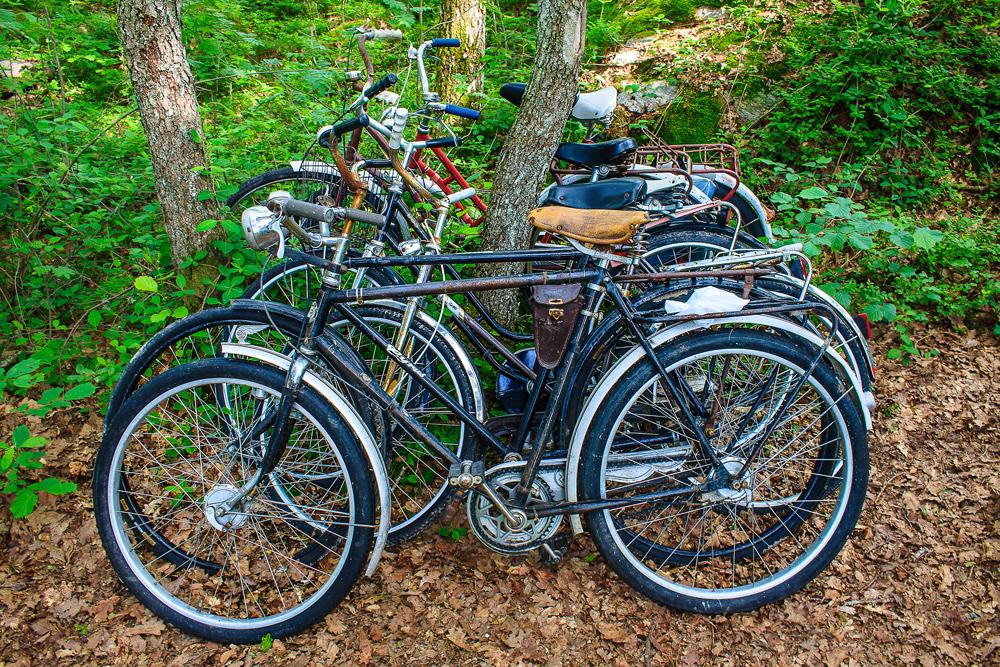 Typisk parkeringsplass ved familiehytta på bilfrie Søndre Sandøy. Sykkelen er din beste venn på den vakre øya.