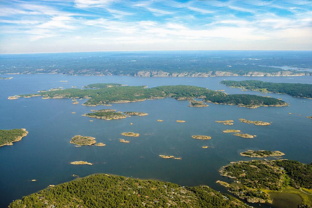 Øya Nordre Sandøy midt i bildet. Kirkøy med Hellekilen nederst i bildet og Sveriges fastland bakerst i bildet. Se detaljert kar nederst på denne siden.